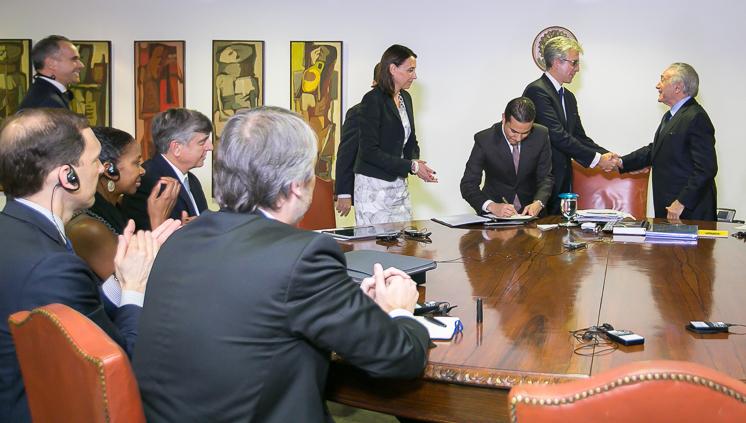Assinatura de acordo de investimento contou com líderes da SAP e o presidente Michel Temer